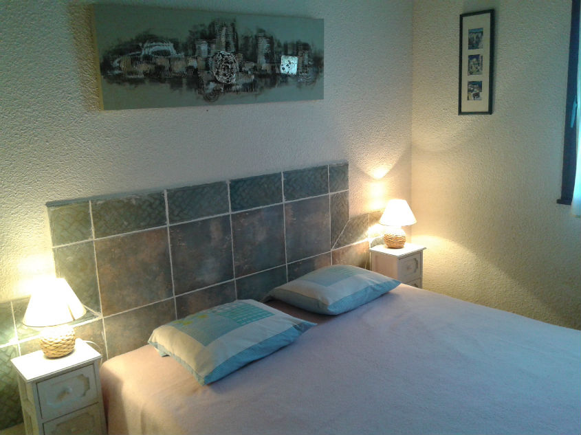 Chambre avec un grand lit pour deux personnes