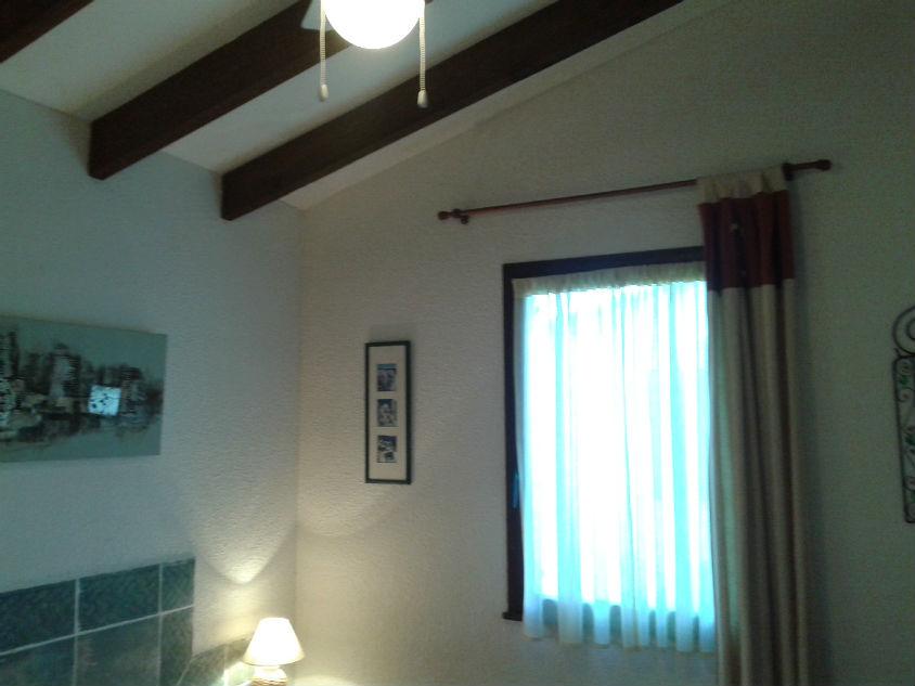 Chambre avec ventilateur de plafond